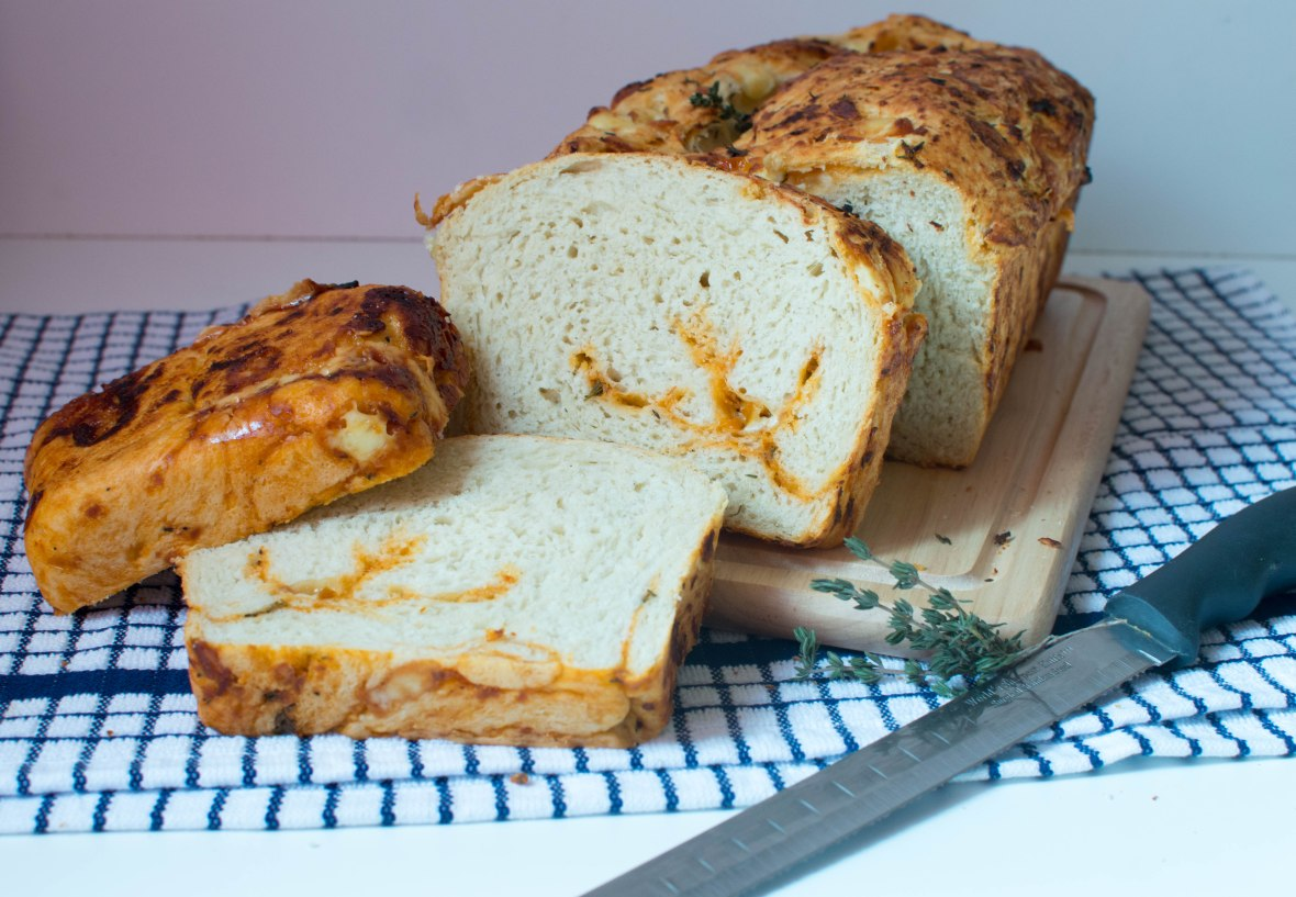 sliced-sundried-tomato-thyme-cheddar-loaf