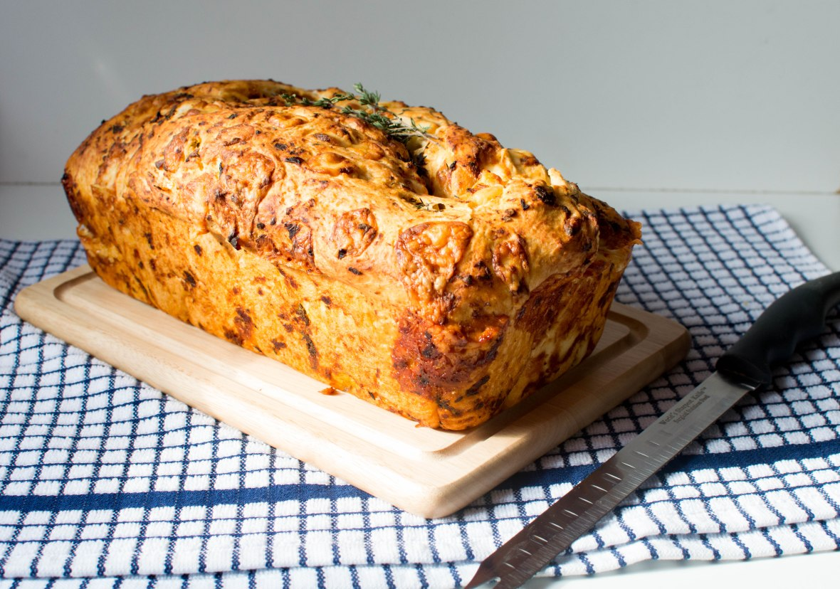 sundried-tomato-thyme-cheddar-bread-loaf