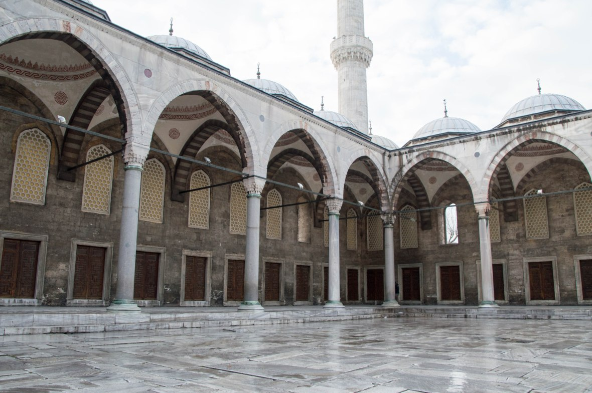 courtyard-blue-mosque-istanbul-turkey