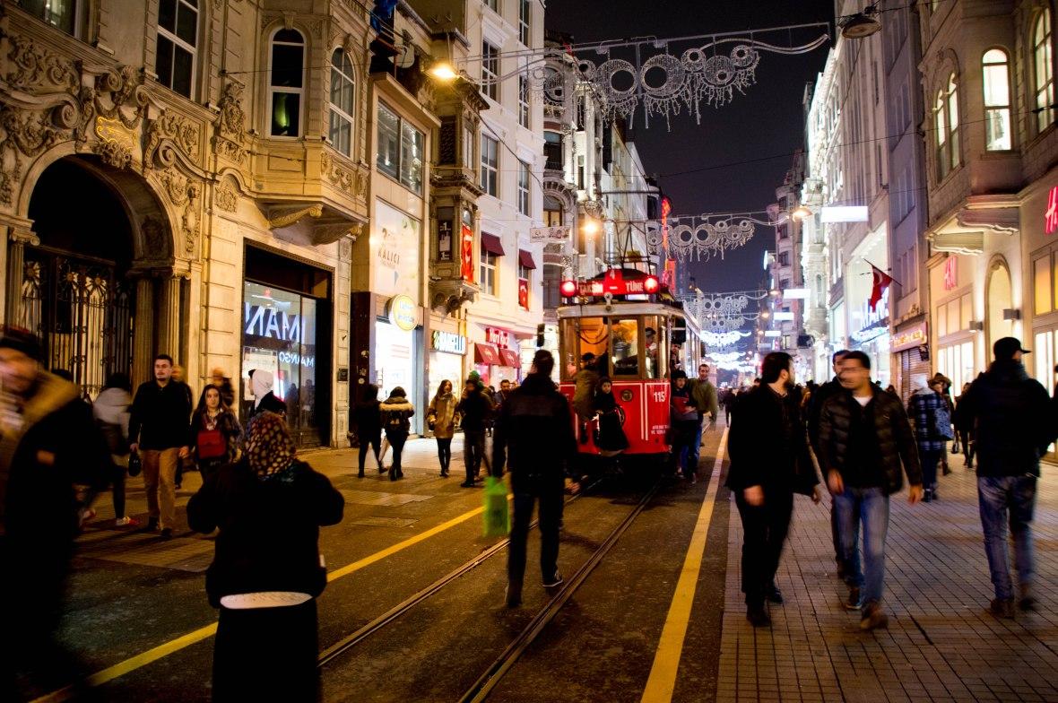 kids-on-the-taksim-tramvay-istanbul-turkey