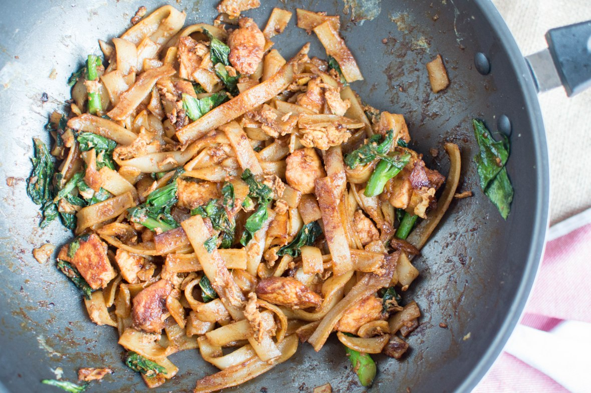 thai stir fried rice noodles with chicken - kay's kitchen
